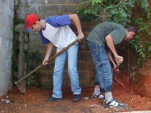 E_E_Humberto_Victorazzo_Aracariguama_alunos construindo a horta