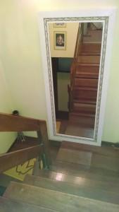 Este espelho está mal posicionado: força o olhar para baixo quando se desce a escada.