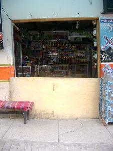 """Mais um exemplo: Loja em Machupicchu A porta """"bloqueada"""" significa que o dono não está. Com este sinal, ninguém entra."""